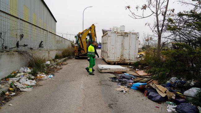Finaliza la retirada de residuos de la calle Puerto de Almenara en el Polígono de las Nieves