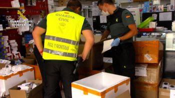 La Guardia Civil interviene en el Polígono Cobo Calleja más de 13.100 artículos de telefonía falsificados