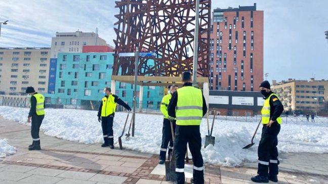 La UME ayuda a los trabajadores del Ayuntamiento de Móstoles en las labores de retirada de nieve