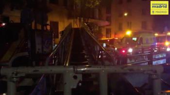 Cuatro policías salvan a un joven atrapado en un incendio en Madrid