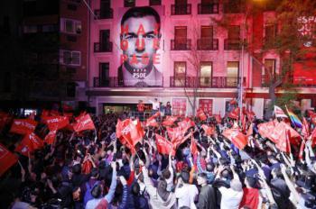 Un triunfal Pedro Sánchez se da un baño de masas en Ferraz