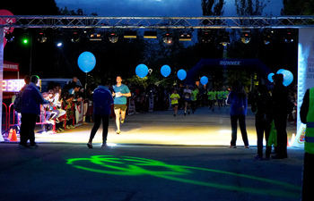 Miles de personas se dan cita en la tradicional carrera popular Ilumina Móstoles